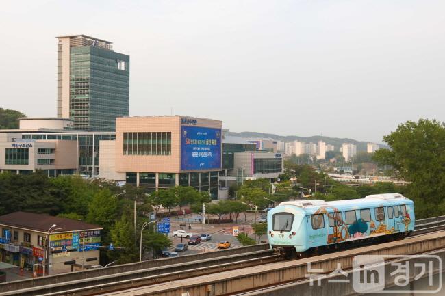 용인시청 앞 용인경전철.JPG